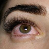 Обычно клиентка замечает что глаза покраснели уже в первые часы после наращивания.